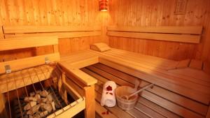 sauna interior calido madera carbón nuñez de arenas