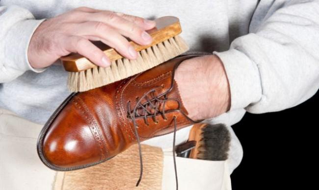 limpiar zapatos cepillo abrillantar