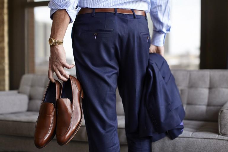 zapatos marrones traje azul
